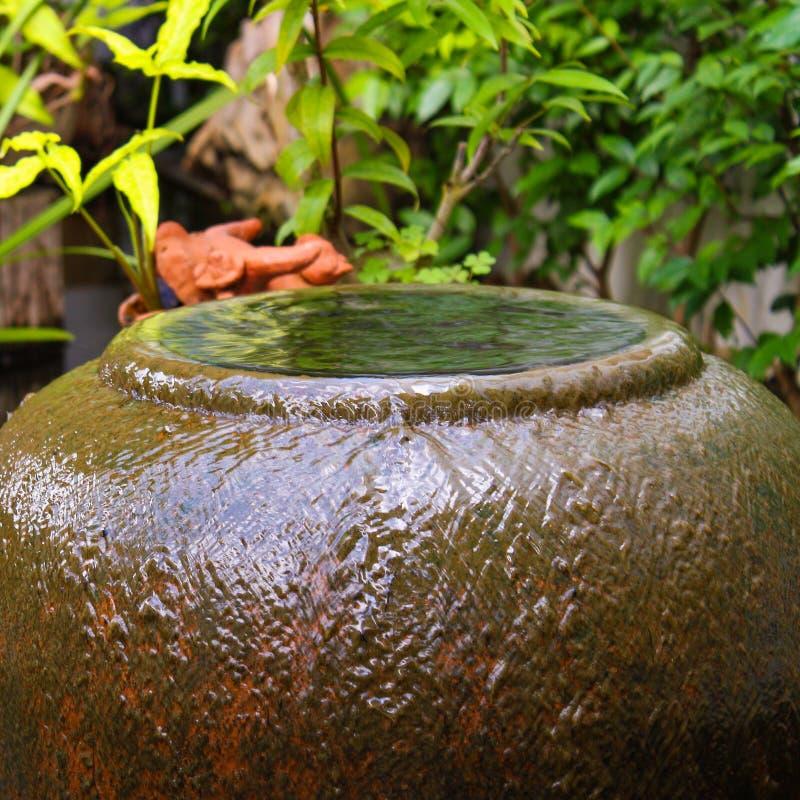 tarro de la fuente del jardín del desbordamiento imagen de archivo