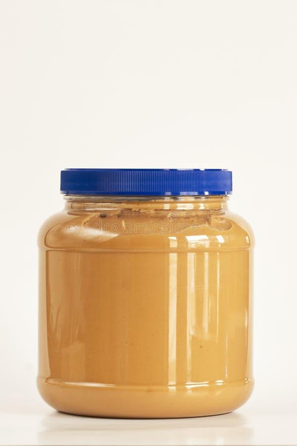 Tarro de la mantequilla de cacahuete en blanco imágenes de archivo libres de regalías