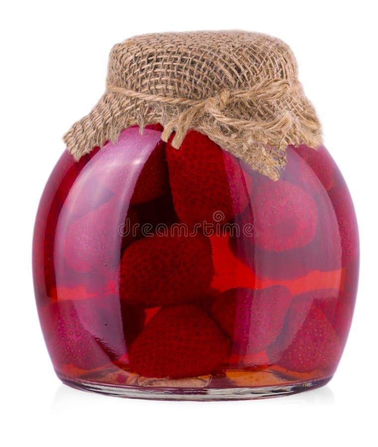 Tarro de la mermelada de fresa aislado en el fondo blanco imagen de archivo libre de regalías