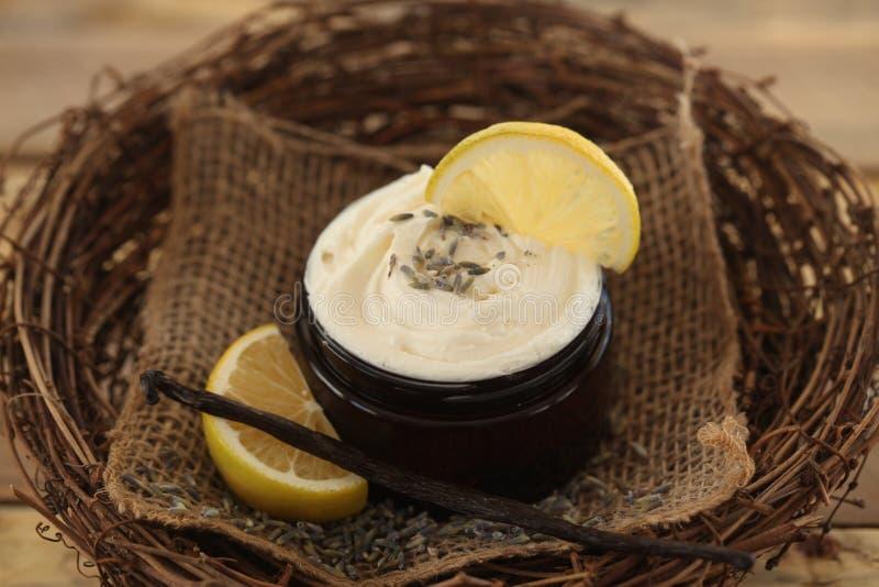 Tarro de mantequilla del cuerpo de la lavanda del limón fotos de archivo