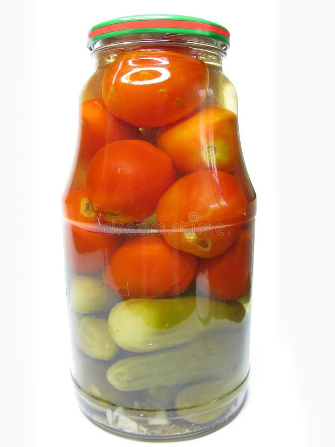 Tarro de tomates y de pepinos preservados fotos de archivo