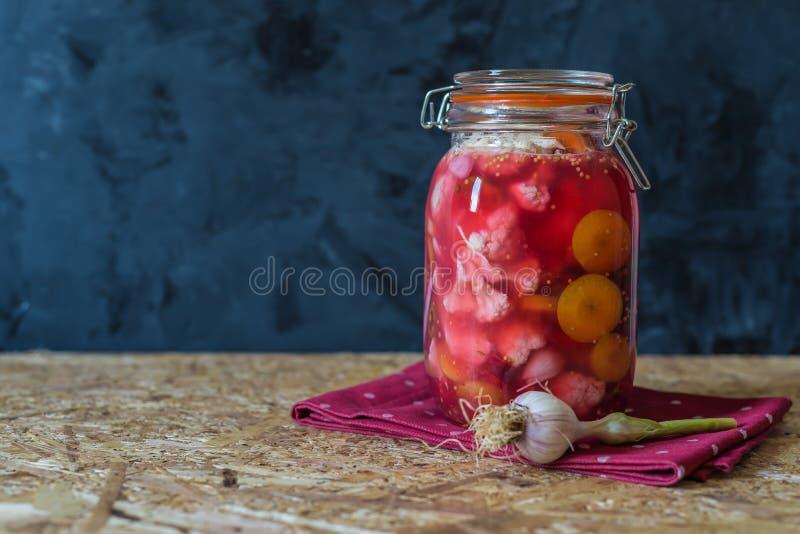 Tarro de verduras conservadas en vinagre por receta tradicional india fotografía de archivo libre de regalías