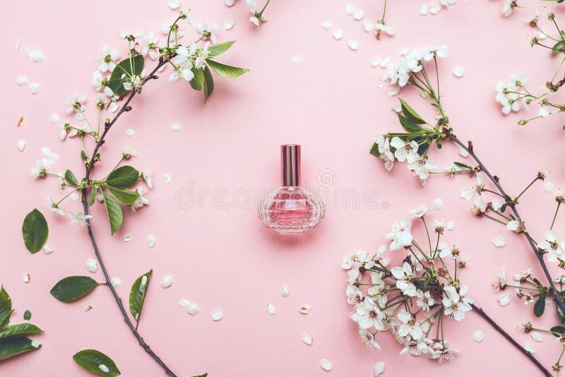 Tarro del perfume con el flor del albaricoque fotos de archivo