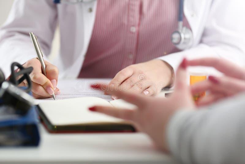 Tarro femenino del control de la mano del doctor de la medicina de p?ldoras fotos de archivo