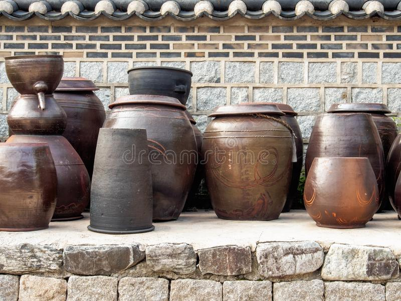 Tarro tradicional coreano del kimchi en la exhibición fotos de archivo libres de regalías