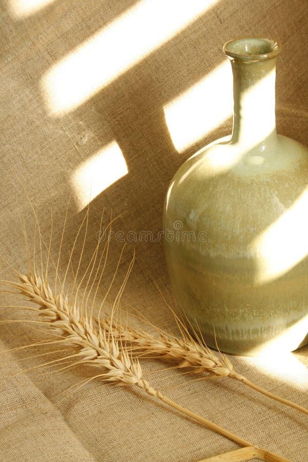 Tarro y trigo de cerámica imagenes de archivo