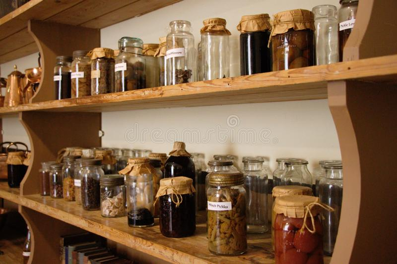 Tarros con las especias y la otra comida preservada en un estante foto de archivo libre de regalías