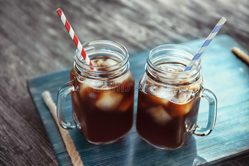 Tarros de albañil con café frío del brebaje fotografía de archivo libre de regalías