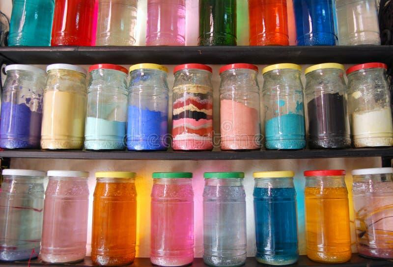 Tarros de cristal llenados del líquido y del polvo imagenes de archivo
