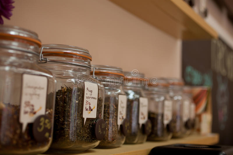 Tarros del té en una fila foto de archivo libre de regalías