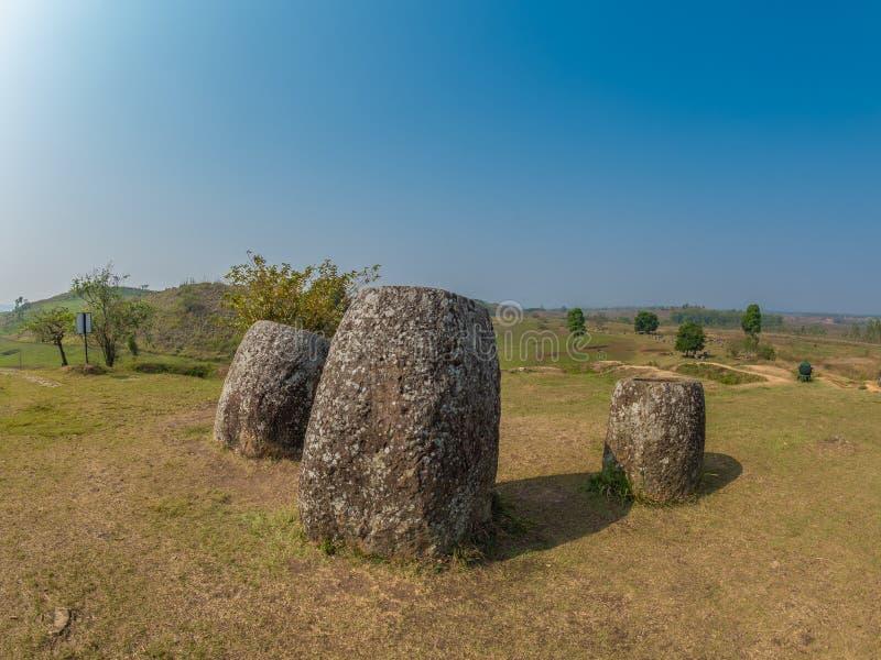 Tarros gigantes de la piedra de la edad de hierro Meseta de Xiangkhoang, Laos imagen de archivo libre de regalías
