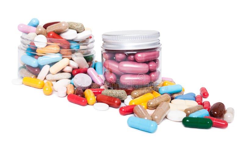 Tarros o beneficiario con muchas píldoras coloreadas imagen de archivo