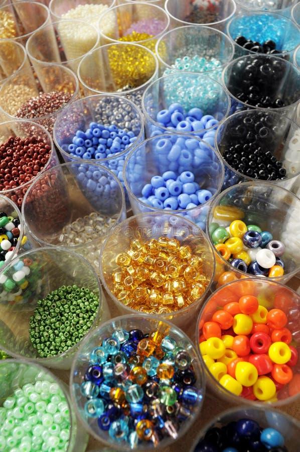 tarros por completo de granos coloreados fotografía de archivo