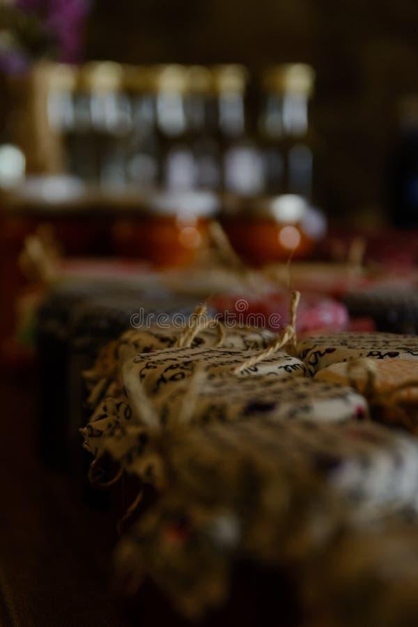 Tarros tradicionales con la cubierta decorativa fotos de archivo