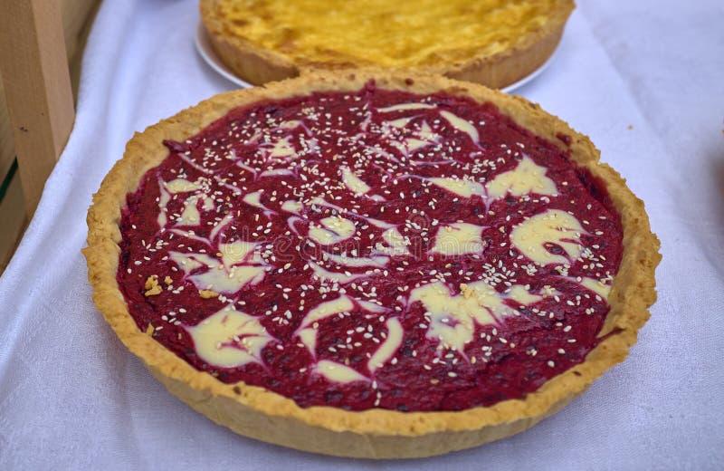 tarta de frambuesa hecha en casa de la pasta de la torta de frutas con el atasco fotos de archivo