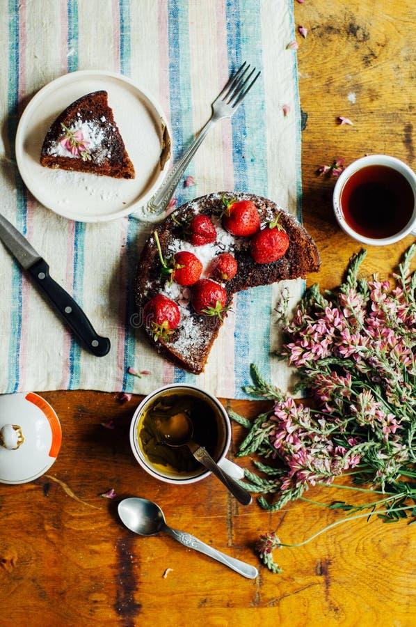 Tarta de la fresa, torta de frutas de la fresa, mermelada de fresa la fresa hecha en casa de servicio se apelmaza o empanada en l fotos de archivo libres de regalías