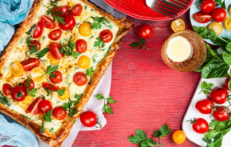 Tarta de la pasta de hojaldre del tomate fotografía de archivo