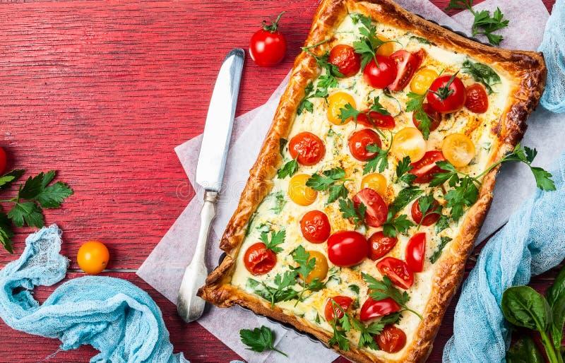 Tarta de la pasta de hojaldre del tomate foto de archivo