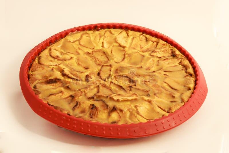 tarta de manzanas en su molde imágenes de archivo libres de regalías