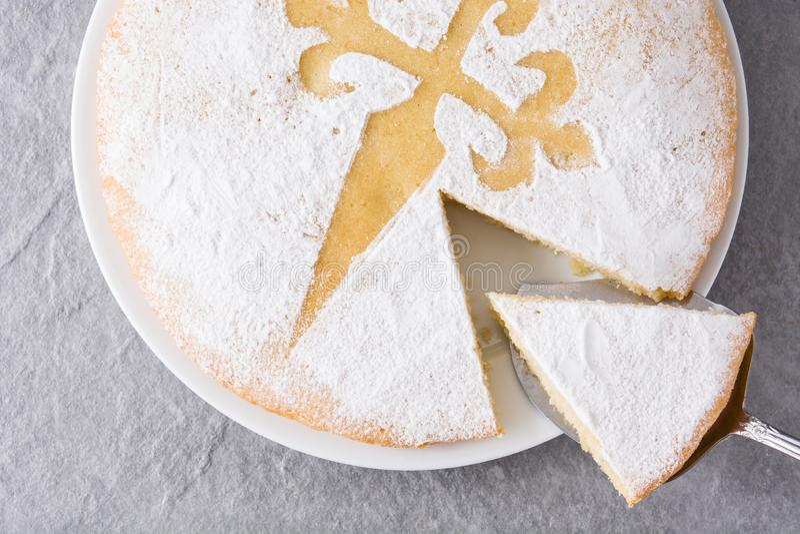 Tarta De Santiago Tranche traditionnelle de gâteau d'amande de Santiago en Espagne images stock