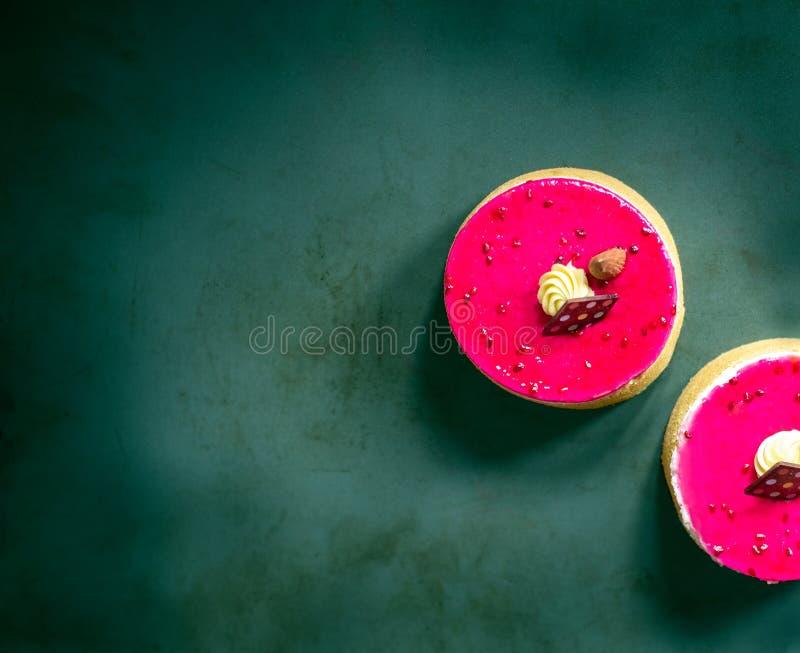 Tarta del pistacho de la frambuesa mini fotografía de archivo libre de regalías