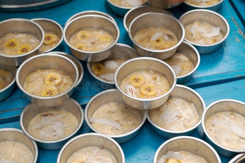 Tarta del plátano y carne de coco que remata el vapor de Ater, postre tradicional de la cocina de Tailandia fotografía de archivo libre de regalías