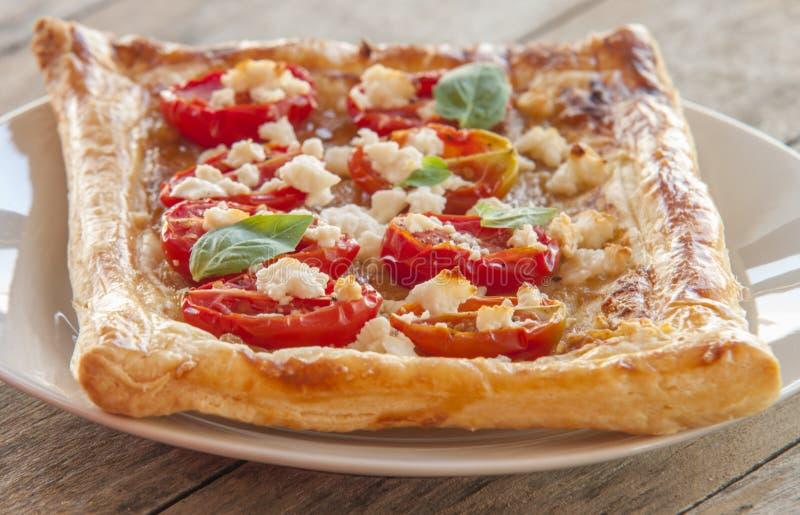Tarta del tomate, pasta de hojaldre foto de archivo