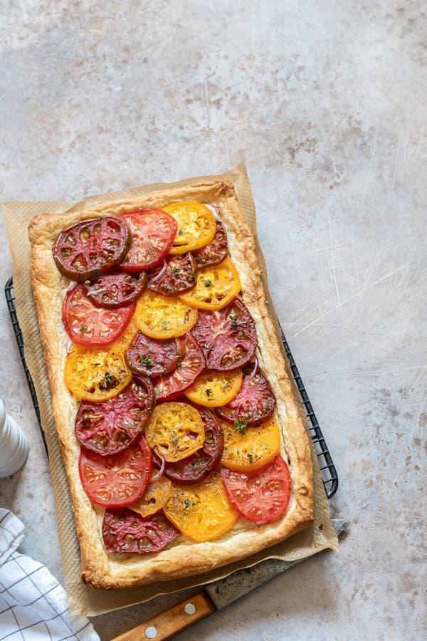 Tarta del tomate, pasta de hojaldre foto de archivo libre de regalías