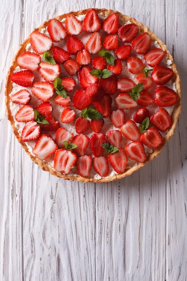 Tarta deliciosa con la opinión superior vertical de las fresas frescas foto de archivo