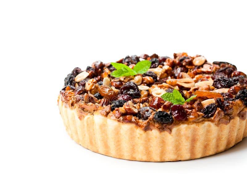 Tarta deliciosa con las bayas secadas y las nueces aisladas en blanco foto de archivo libre de regalías