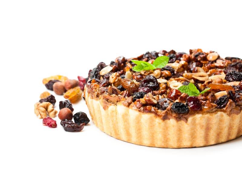 Tarta deliciosa con las bayas secadas y las nueces aisladas en blanco fotos de archivo libres de regalías