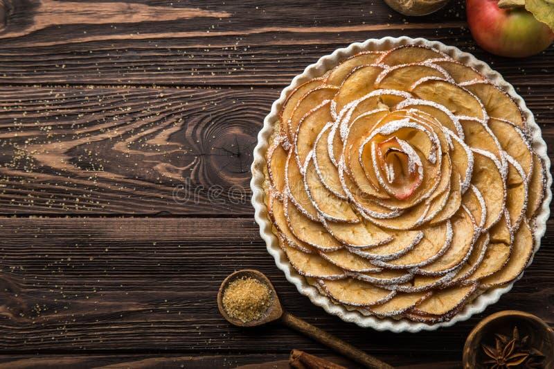 Tarta dulce de la manzana del otoño en fondo de madera imágenes de archivo libres de regalías