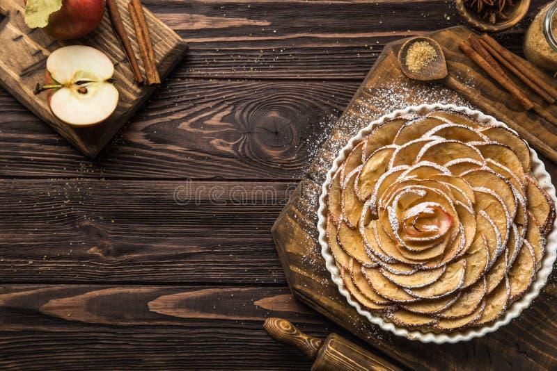 Tarta dulce de la manzana del otoño en fondo de madera imagen de archivo libre de regalías