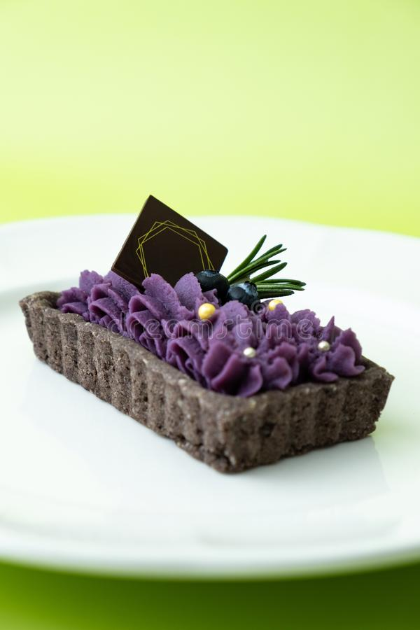 Tarta púrpura de la patata dulce Fije en fondo verde foto de archivo libre de regalías