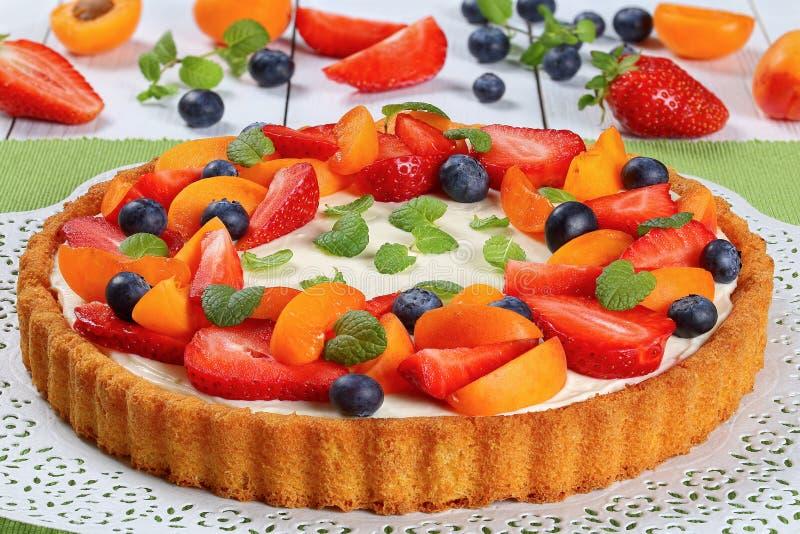 Tarta rematada maravillosamente con las frutas frescas imagen de archivo