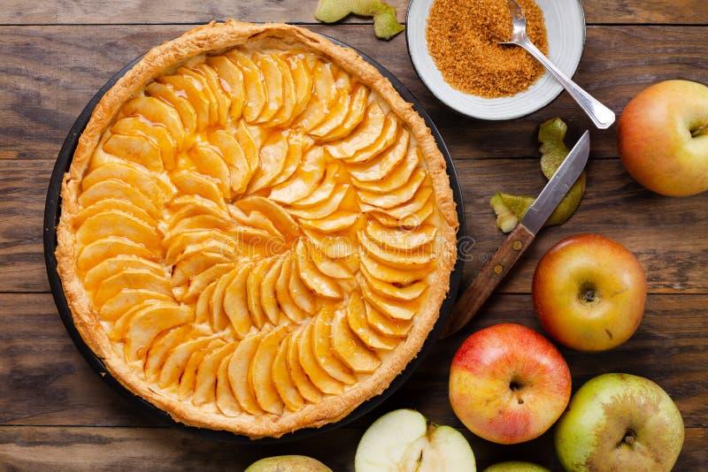 Tarta tradicional de la empanada de manzana en la tabla de madera rústica foto de archivo libre de regalías