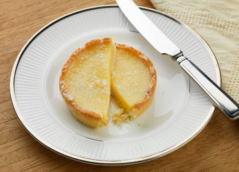 Tarta y cuchillo rebanados del limón imagenes de archivo