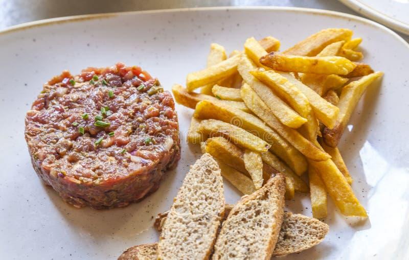 Tartaar met gebraden gerechten wordt gediend dat royalty-vrije stock foto's