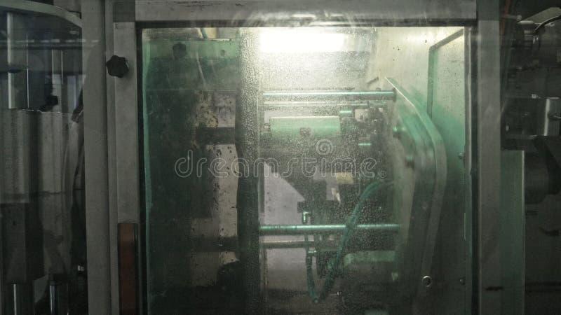 Tartaczna kurendy saw maszyna Manufaktura plastikowe wodne drymby fabryczne Proces robić klingerytowi ruruje na maszynie obraz stock