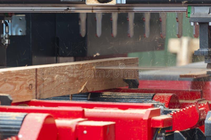 tartak Proces machining notuje dalej wyposa?enia saw tartaczne maszynowe pi?y drzewny baga?nik na desce wsiada obraz stock