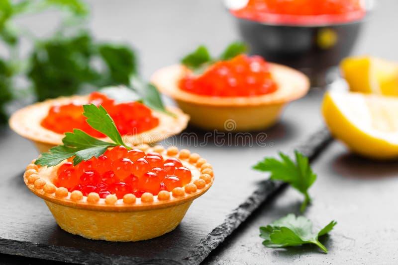 Tartalets met de rode kaviaar van zalmvissen, zalmkaviaar Kaviaar royalty-vrije stock fotografie