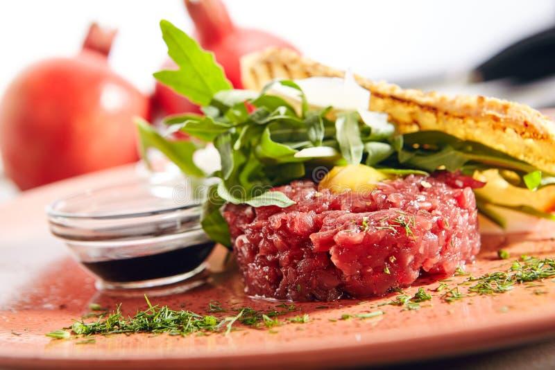Tartare стейка сделанное из сырцового говяжего фарша стоковое фото