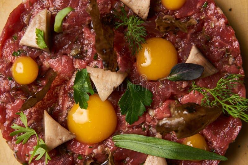 Tartare стейка с яичным желтком стоковое фото rf