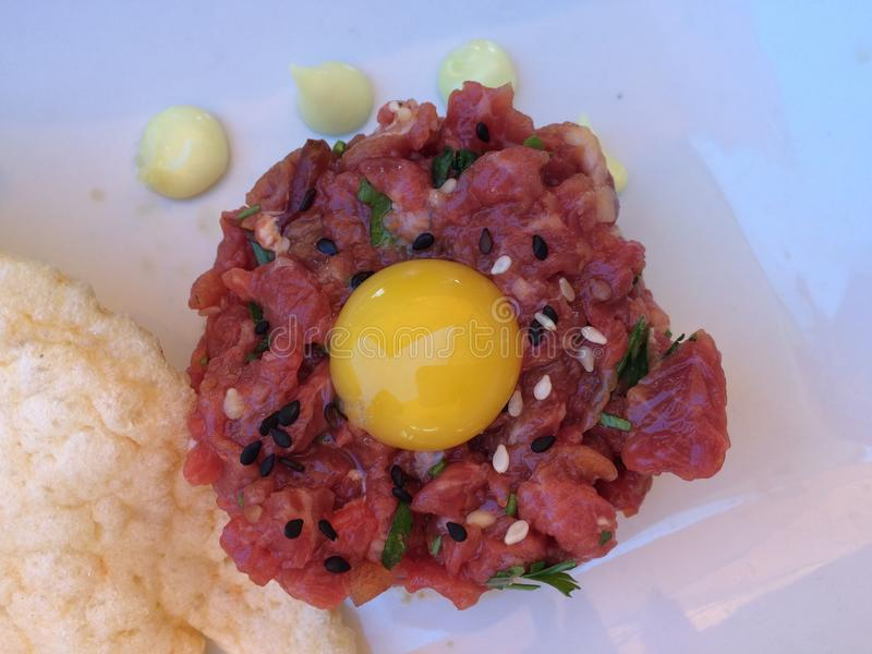 Tartare стейка с яичным желтком на верхней части стоковые фото