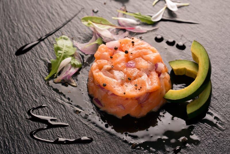 Tartare con los salmones y la cebolla fotos de archivo