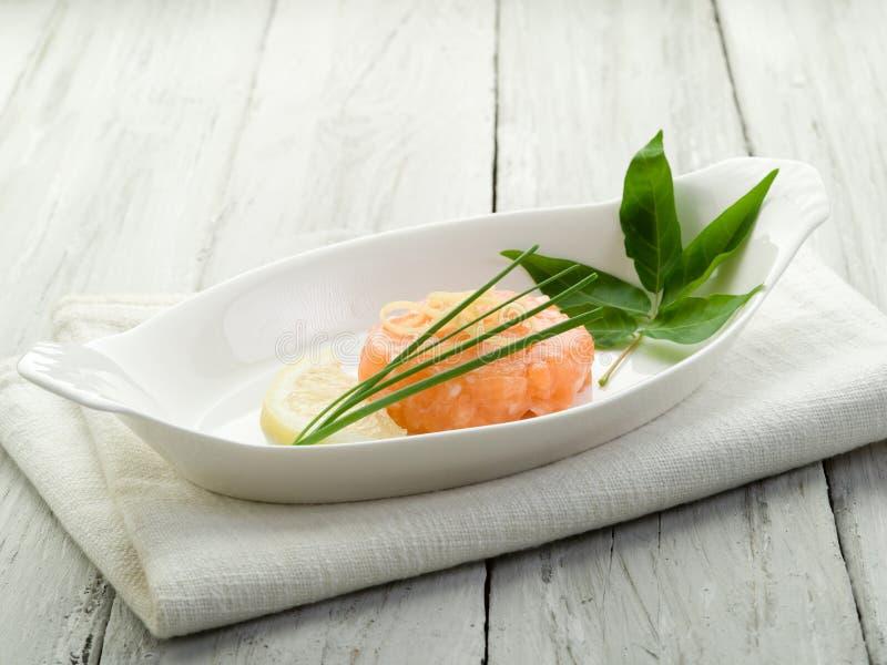 Tartare de color salmón con el limón fotos de archivo