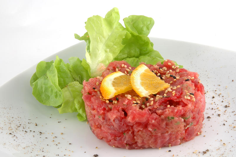 Tartare do atum isolado no branco foto de stock royalty free