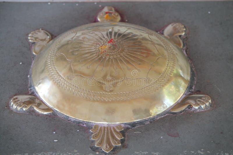 Tartaruga d'ottone in un tempio fotografia stock