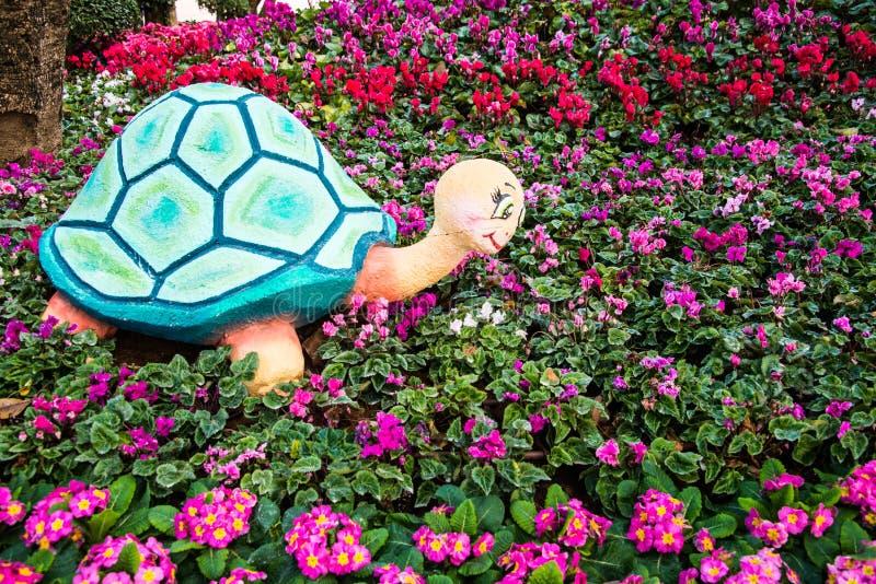 Tartaruga della statua nel giardino fotografie stock libere da diritti