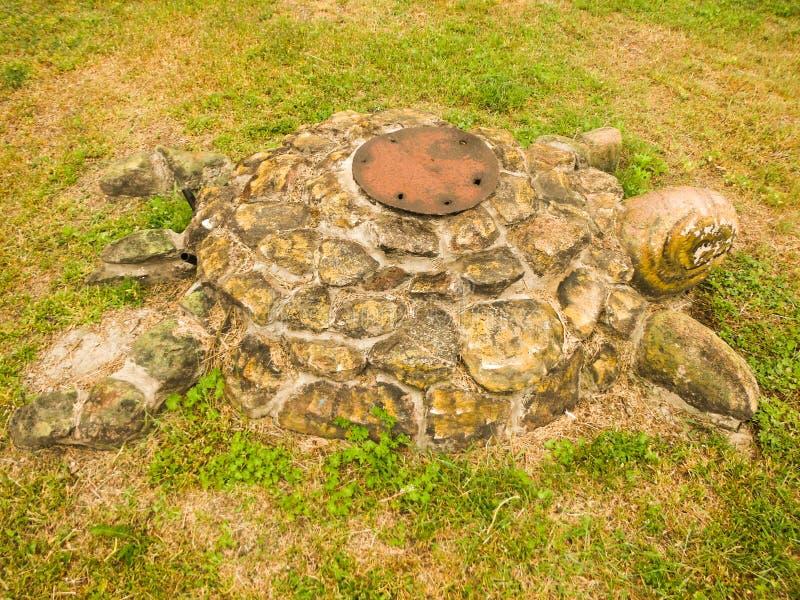Tartaruga - scultura nell'erba immagine stock libera da diritti